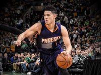 Senzační počin dvacetiletého basketbalisty! Brooker nastřílel v NBA sedmdesát bodů