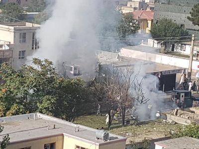Sebevražedný atentátník se odpálil v autě před rezidencí prominentního politika. Zemřelo 35 lidí