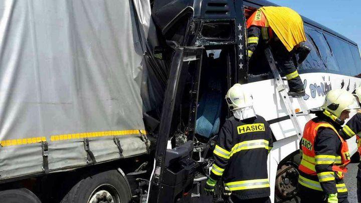 Policie vyšetřuje nehodu s malými fotbalisty u Litovle jako obecné ohrožení