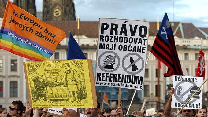 """Citizens have a right to decide. Referendum!"" Calls for plebiscite on the issue are frequent among those who oppose the US radar project"