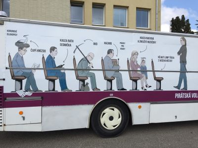 """Piráti Nečasovou z """"vězeňského"""" autobusu neodstraní. Je to kampaň, máme právo se vyjádřit, brání se"""
