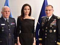 Foto: Podpora Jordáncům i setkání s Angelinou Jolie. Češka přes gender v NATO je pořád v pohybu