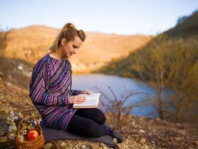 Ženský thriller, krátké povídky o vztazích, deníkové zápisy ze Středomoří nebo kniha plná hlavolamů. Vybrali jsme ty nejlepší knihy pro volný čas.