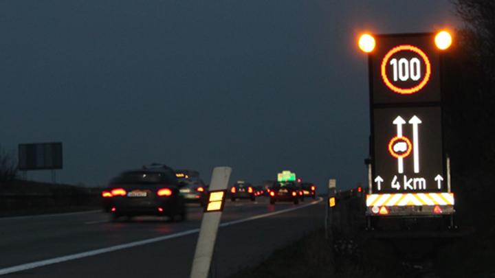 Boj proti kolonám: Řidiče zkrotí chytré značky za miliardy