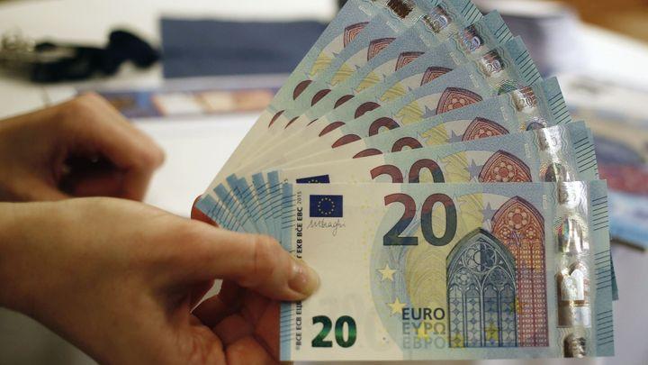 Nová dvacetieurovka půjde hůř padělat. ECB ji poprvé ukázala