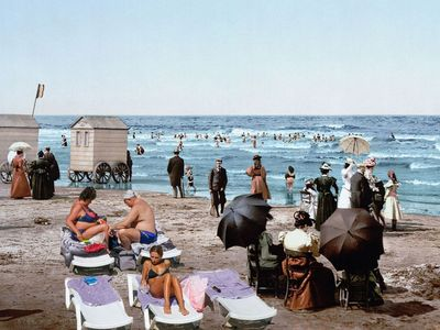 Šaty s krajkou a paraple. Podívejte se, jak vypadaly pláže před 120 lety a dnes