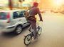 České sci-fi, poslanci přijali odstup 1,5 metru od cyklisty, na kole bude bezpečněji
