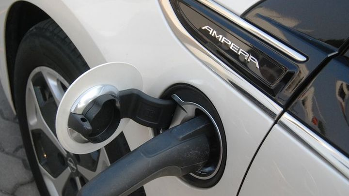 Prodej elektromobilů vzrostl o polovinu, v Česku paběrkují