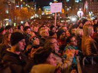 Oslavy zmítané emocemi. Tisíce lidí v centru Prahy žádaly demisi premiéra