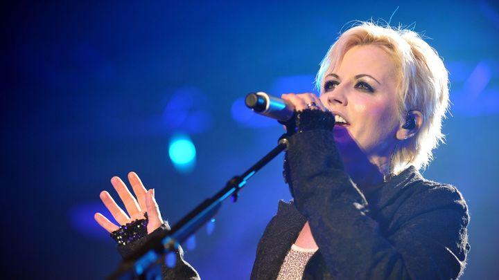 Dolores O'Riordan se chystala nazpívat novou verzi hitu Zombie. Těšila se na to, říká producent