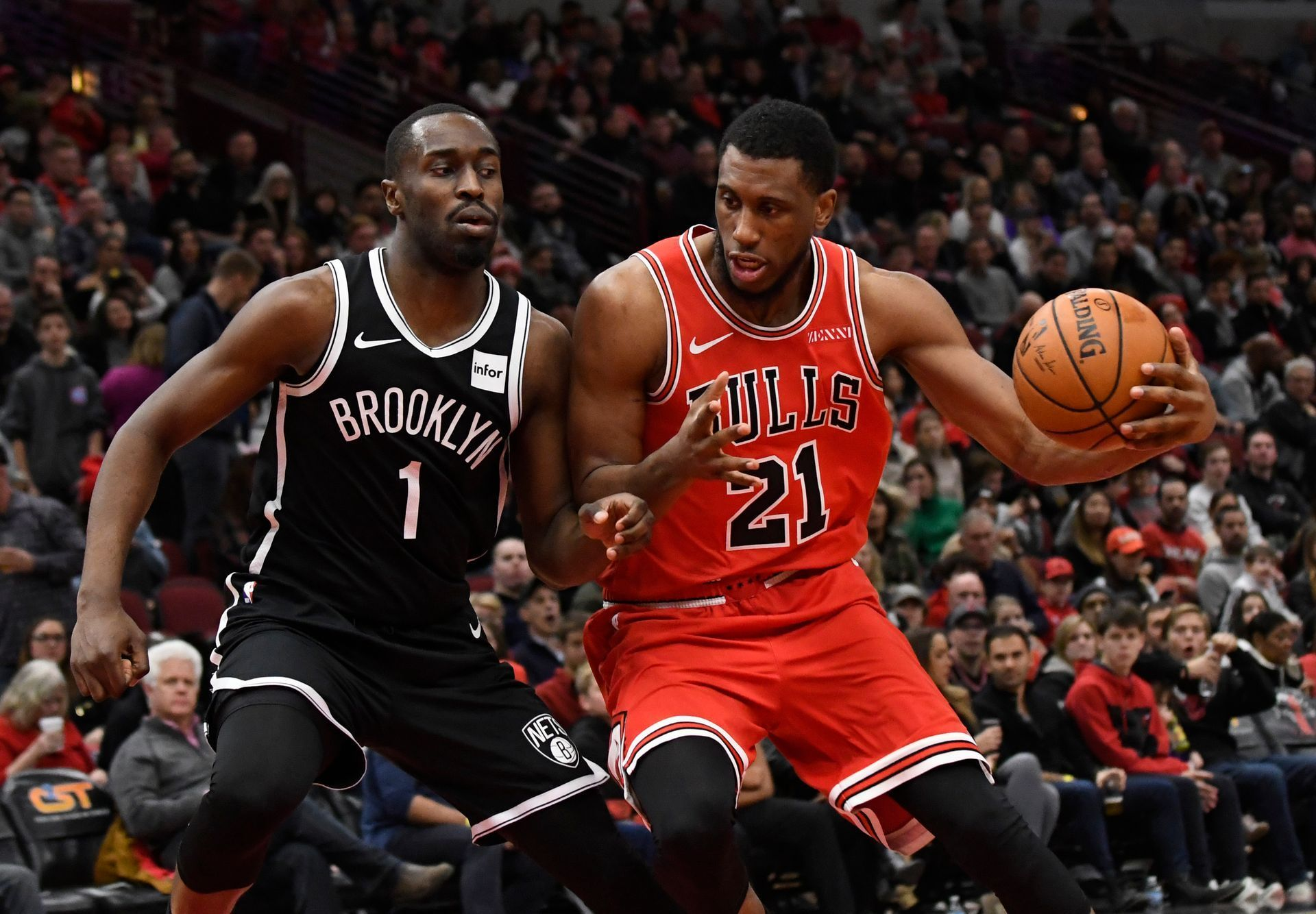 NBA 2019/20, Chicago - Brooklyn: Theo Pinson z Brooklynu brání Thaddeuse Younga z Chicaga