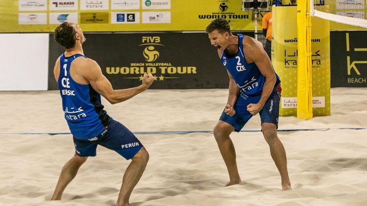 Plážoví volejbalisté Perušič se Schweinerem vybojovali bronz, přiblížili se olympiádě