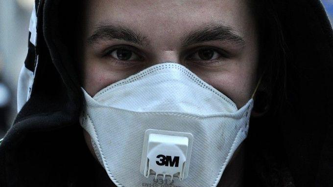 Strach z koronaviru v Česku: Lékárnám docházejí roušky, zájem stoupl i sedmdesátkrát