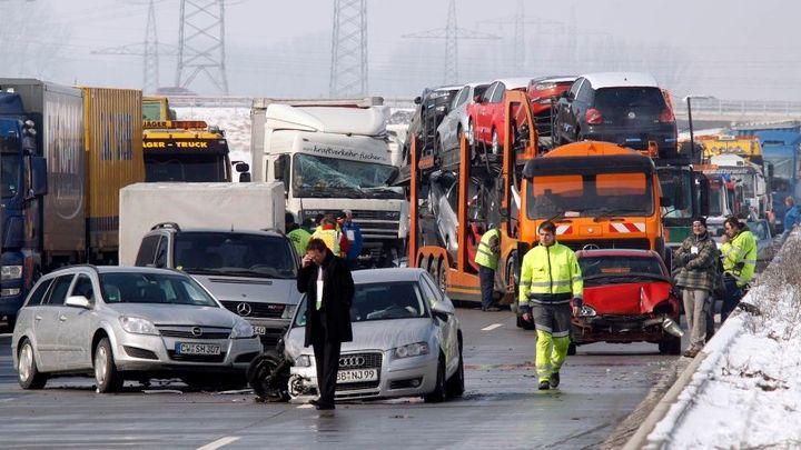 Na dálnici D1 nedaleko Hladkých Životic je hromadná nehoda. Úsek je obousměrně neprůjezdný