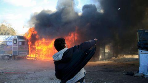 """Obrazem: Ultimátum pro lidi z """"Džungle"""" vypršelo. Tábor u Calais mizí v plamenech"""