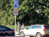 Parkovací zóny na Praze 5 a 6 platí jen tam, kde jsou stržené přelepy značek. Strhává se do neděle