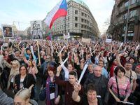 Živě: Česko slaví 29 let od revoluce. Kytice od Babiše skončila v odpadkovém koši