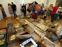 Balíky ležely 70 let ukryté. Teď unikátní nález otevřeli