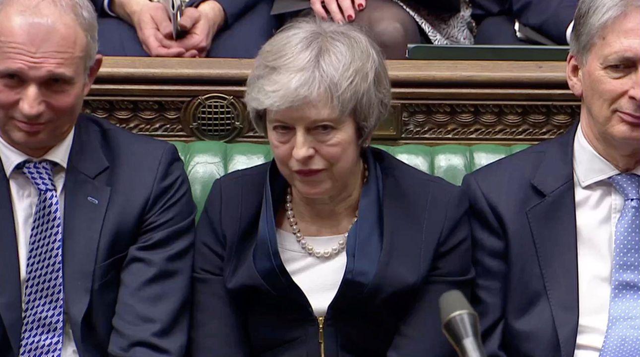 """""""Prožíváme chaos, odložme brexit."""" Začíná další fáze boje britských poslanců a Mayové"""