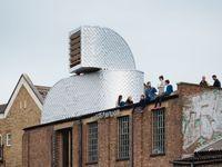 Na střechách by se dalo bydlet, nebýt vyhlášek. Ukazuje to londýnský domek z krabic od mléka