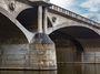 Proč jsou mosty vPraze na spadnutí? Milujeme novinky a nákupy