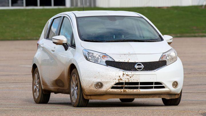 """Nissan připravuje """"nezašpinitelné"""" auto. Testy již začaly"""