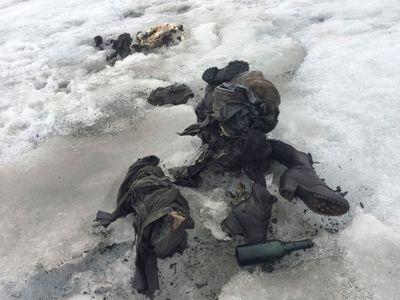 Všichni pozůstalí přišli v bílém. Švýcaři pohřbili manžele, jejichž těla vydal po 75 letech ledovec