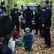 """Foto: Migranti uvázli v """"pásmu nikoho"""". Polsko je posílá pryč, mrznou proto v lesích"""