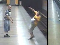 Policie našla útočníka, který srazil muže do kolejiště metra