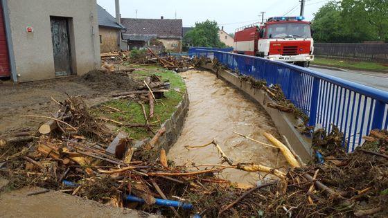 Obětí záplav je 48letá žena. Pohřešovanou seniorku hledají ...