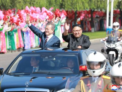 Foto: Květy, vlaječky a Kimův jásající dav. Podívejte se na schůzku korejských vůdců