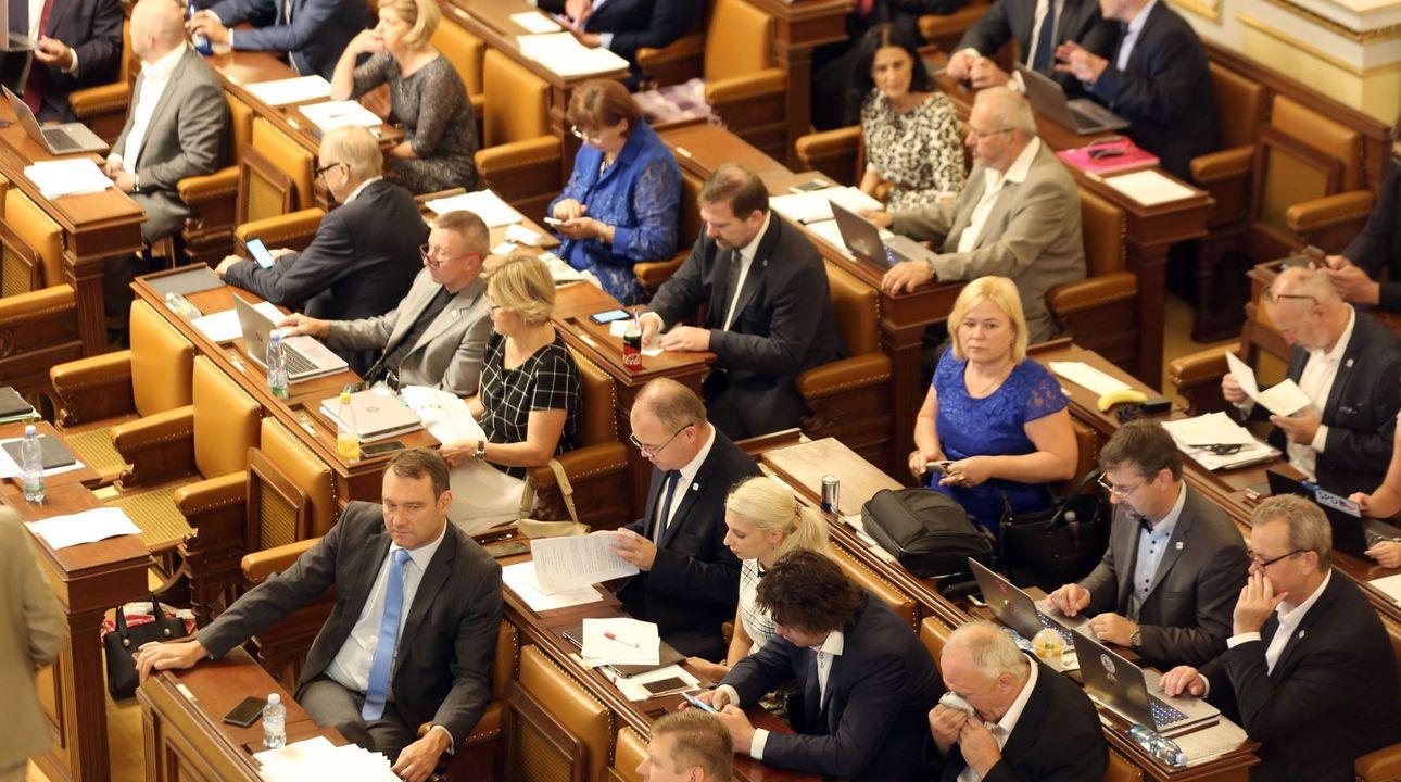 Živě: Poslanci jednají o návrhu KSČM zdanit náhrady církvím. Změna má šanci