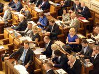 Poslanci se pohádali kvůli platům, které nakonec porostou pomaleji, než měly
