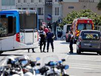 Do dvou autobusových zastávek v Marseille nabouralo auto. Minimálně jeden člověk zemřel