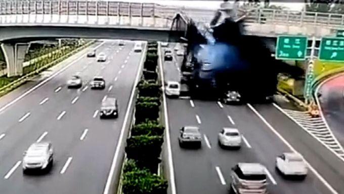 Černá pohroma. Kamion svrhnul roztavený asfalt z mostu na jedoucí auta
