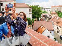V centru Českého Krumlova se nedá žít. Davy turistů vyhnaly místní, lidem vlezou až do bytu
