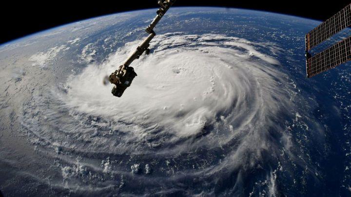 Okraj hurikánu Florence dorazil k břehům Severní Karolíny
