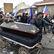 Desítky lidí s rakví protestovaly před domem ministra Blatného. Naše dětí trpí, tvrdí