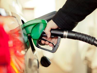 Ceny pohonných hmot mírně klesly, litr benzinu stojí 29,65 koruny. Nejdráže tankují řidiči v Praze