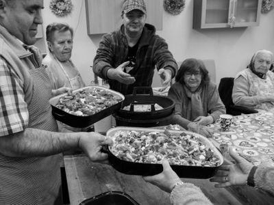 Kávu s Gottem i seskok padákem darovala Ježíškova vnoučata, seniory trápí samota, říká autorka