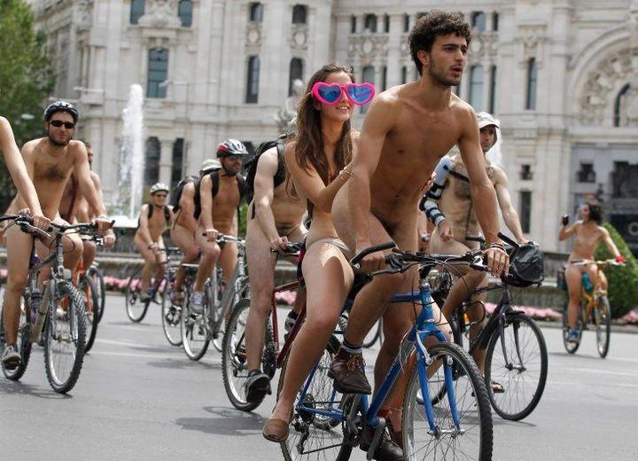 Велосипедисты проехали голышом по Лондону и Мадриду (фото) .