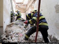 Video: Obrovská spoušť. Záběry zevnitř domu v centru Prahy, kde se zřítil strop