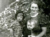 Sestry, které přežily Ležáky, vyrůstaly jako Camilla a Rosemarie. Když se vrátily, neuměly česky