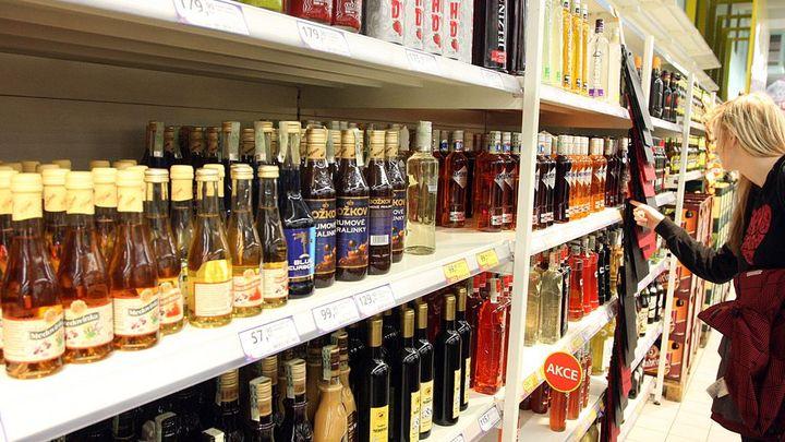 Rodné listy alkoholu končí. Bary se mají zbavit papírování