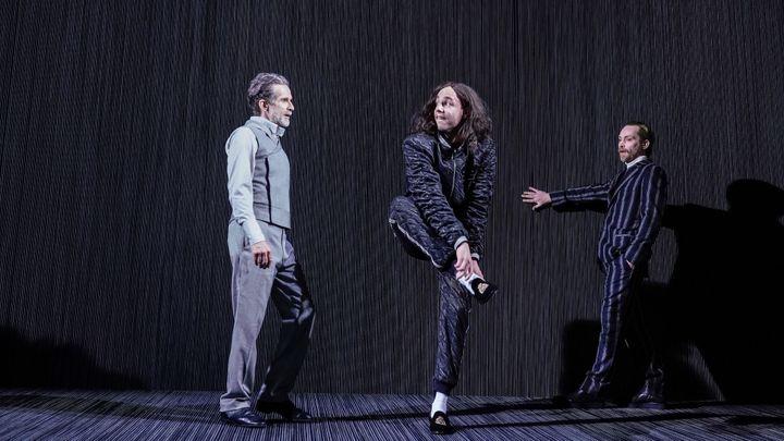 Berlínské divadlo v Praze zasadilo Molièra do stěn z černých elastických lanek