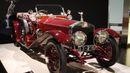 Příští rok bude tomuto automobilu sto let. Nese slavné jméno Rolls-Royce Silver Ghost. Díky šestiválcovému motoru se zdvihovým objemem 7,5 litru, který vyprodukoval padesát koní, jel už v té době rychlostí 125 kilometrů v hodině.