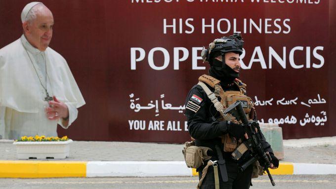 Nejrizikovější cesta v dějinách papežství. František v Iráku navštíví vypálené město