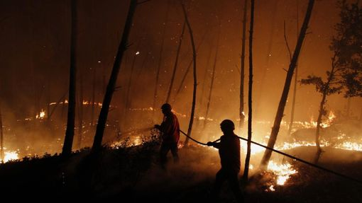 Firefighters attempt to extinguish a forest fire burning in Ribeira do Farrio, near Ourem September 3, 2012. According to the civil defence, over 1,700 firefighters have been mobilized to tackle more than 10 forest fires currently active in Portugal. A man died and three people were injured so far. REUTERS/Rafael Marchante (PORTUGAL - Tags: DISASTER ENVIRONMENT) Published: Zář. 4, 2012, 12:31 dop.