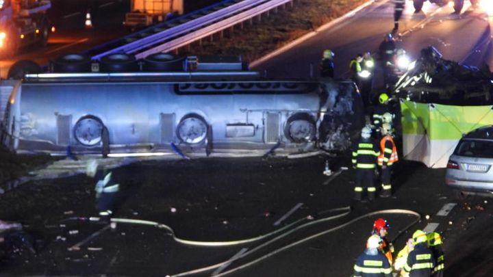 Provoz na D1 uzavřela hromadná nehoda. Uhořel jeden člověk, z kamionu vytekl olej