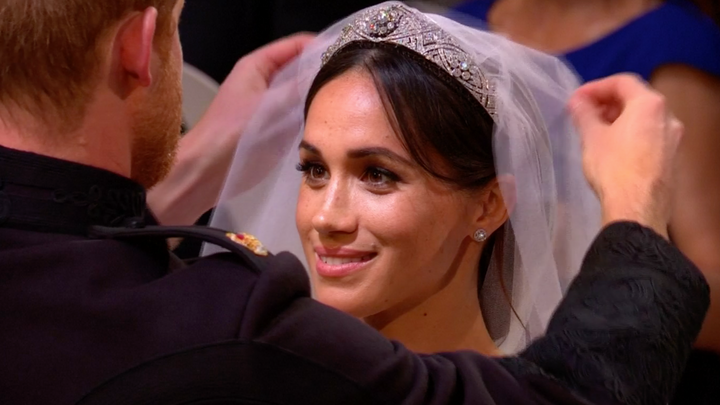 Nervózní Harry, zamilované špitání i výstřední biskup. Od královské svatby uběhl rok